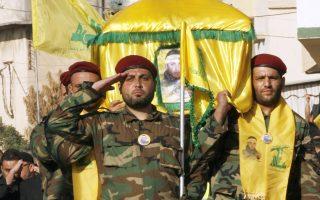 Πολιτοφύλακες της Χεζμπολάχ κηδεύουν σύντροφό τους που σκοτώθηκε στο Ζαμπαντάνι.