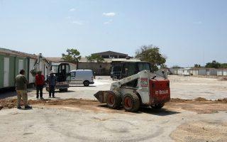 Εργασίες δημιουργίας υποδομών στο χώρο φιλοξενίας που κατασκευάζεται σε οικόπεδο, στον Ελαιώνα, όπου θα μετεγκατασταθούν οι πρόσφυγες που έχουν δημιουργήσει καταυλισμό στο Πεδίο του Άρεως, Σάββατο 8 Αυγούστου 2015. ΑΠΕ - ΜΠΕ/ΑΠΕ - ΜΠΕ/Αλέξανδρος Μπελτές