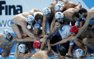 epa04877605 Players and coaches of Greece prepare for a penalty against Italy during the men's FINA Water Polo bronze medal match between Italy and Greece of the FINA Swimming World Championships 2015 in Kazan, Russia, 08 August 2015.  EPA/ANATOLY MALTSEV