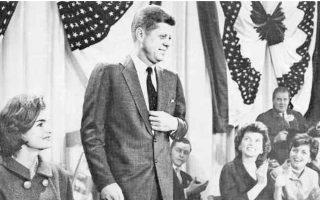 Ο Τζον Κένεντι, σύμβολο της νέας εποχής, εξελέγη πρόεδρος των ΗΠΑ στις 9 Νοεμβρίου του 1960. Πλάι του καθιστή, η σύζυγός του Τζάκι.