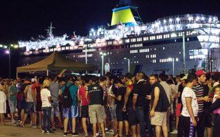 Μετανάστες στο λιμάνι της Κω πέρασαν τον έλεγχο των Αρχών και επιβιβάζονται στο πλοίο «Ελευθέριος Βενιζέλος».
