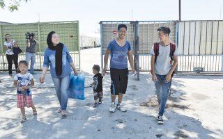 Μια οικογένεια βγαίνει από το Κέντρο στον Βοτανικό, το οποίο είναι ανοικτό, ωστόσο η είσοδος και η έξοδος είναι ελεγχόμενες.