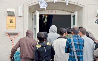 Ουρά προσφύγων έξω από την υπηρεσία ασύλου στην Τριρ της Γερμανίας. Αντίστοιχες ουρές για την κατάθεση αιτήσεων ασύλου σχηματίζονται αυτές τις ημέρες στις Βρυξέλλες και σε άλλες ευρωπαϊκές πόλεις, που έχουν κατακλυστεί από πρόσφυγες από τη Μέση Ανατολή, οι οποίοι, κατά χιλιάδες, περνούν στα νησιά του Ανατολικού Αιγαίου και στη συνέχεια κατευθύνονται προς τα Σκόπια, τη Σερβία, την Ουγγαρία, για να καταλήξουν στις χώρες της Κεντρικής και Βόρειας Ευρώπης.