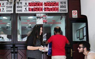 Χθες το τουρκικό νόμισμα εξασθένησε 0,9%, στις 2,8941 λίρες ανά δολάριο, ενώ η απόδοση των διετών τουρκικών ομολόγων εκτινάχθηκε στα υψηλότερα 12μήνου και πλέον είναι στο 10,59%.