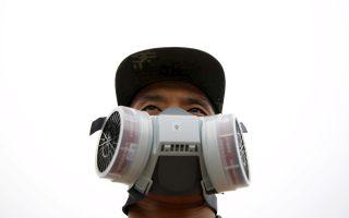 Με μάσκες εξακολουθούν να κυκλοφορούν οι άνδρες που βοηθούν στη φρούρηση των κατεστραμμένων αποθηκών.