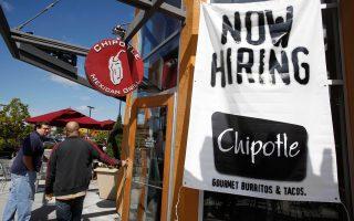 Η αμερικανική οικονομία συνεχίζει να δημιουργεί νέες θέσεις εργασίας, αλλά με πιο αργό βηματισμό.