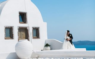 Δαπανούν χιλιάδες ευρώ για μια τελετή α λα ελληνικά.