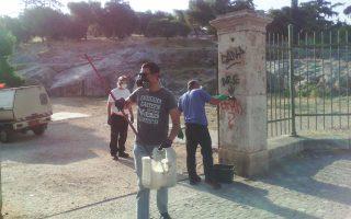Συνεργείο του Δήμου Αθηναίων καθαρίζει βράχους και αρχαίες πέτρες στις παρυφές του λόφου του Αρείου Πάγου, ολοκληρώνοντας έναν πρώτο κύκλο παρεμβάσεων στην ευρύτερη περιοχή που μαστίζεται από το ανεξέλεγκτο γκράφιτι, ακόμα και εντός των αρχαιολογικών χώρων.