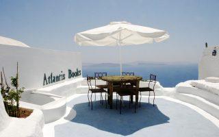 Ειδυλλιακή  η τοποθεσία του Atlantis Books στην Οία της Σαντορίνης.