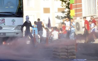 Demonstrators run away from tear gas used by riot police to disperse them during a march in solidarity with Kurdistan Workers Party (PKK)'s jailed leader Abdullah Ocalan in Diyarbakir, Turkey, August 1, 2015.  REUTERS/Umit Bektas