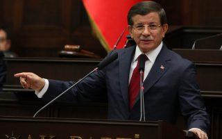 Ο Τούρκος πρωθυπουργός, Αχμέτ Νταβούτογλου, μιλάει σε βουλευτές του ΑΚΡ. Κυβέρνηση μειοψηφίας επιθυμεί να στηρίξει το ΜΗΡ, εάν διεξαχθούν εκλογές τον Νοέμβριο.