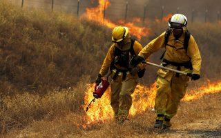 Τη φωτιά με... φωτιά προσπαθούν να πολεμήσουν οι πυροσβέστες στην πολιτεία της Καλιφόρνιας, όπου τις τελευταίες ημέρες έχουν ξεσπάσει τουλάχιστον είκοσι πυρκαγιές με αποτέλεσμα να αποτεφρωθούν δεκάδες χιλιάδες στρέμματα δασών.