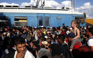 Με το που οι μετανάστες περνούν απρόσκοπτα πλέον τα σύνορα στην Ειδομένη, όπου καταφθάνουν με λεωφορεία, οι αρχές της FYROM τους εφοδιάζουν με εκατό ευρώ ανά άτομο και άδεια τριήμερης ελεύθερης μετακίνησης.