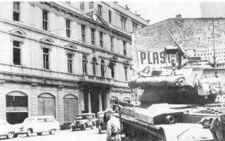 Τανκ των πραξικοπηματιών κεμαλικών στρατιωτικών μπροστά στο Αρχηγείο της Αστυνομίας στην Κωνσταντινούπολη.