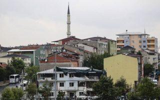 Τρεις αστυνομικοί και επτά πολίτες τραυματίστηκαν από επίθεση με παγιδευμένο αυτοκίνητο σε αστυνομικό τμήμα της Κωνσταντινούπολης (φωτ). Από τότε που η Αγκυρα άρχισε τις επιχειρήσεις εναντίον του ΙSIS και των Κούρδων, έχουν αρχίσει οι επιθέσεις εναντίον τουρκικών δυνάμεων ασφαλείας.