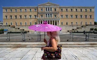 Μία γυναίκα κρατάει ομπρέλα για να προστατευθεί από τον δυνατό μεσημεριανό ήλιο στην πλατεία Συντάγματος, Αθήνα, τη Τρίτη 30 Ιουλίου 2013. Οι πολίτες της Αττικής βίωσαν σήμερα τη θερμότερη έως τώρα μέρα του φετινού καλοκαιριού. ΑΠΕ-ΜΠΕ/ΑΠΕ-ΜΠΕ/ΣΥΜΕΛΑ ΠΑΝΤΖΑΡΤΖΗ