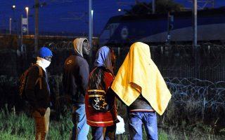 Μετανάστες προσεγγίζουν τον σιδηροδρομικό τερματικό σταθμό της Κοκέλ.