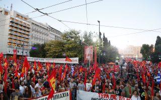 Ο Δ. Κουτσούμπας, κατά την ομιλία του στην προεκλογική συγκέντρωση του ΚΚΕ στην πλατεία Συντάγματος, χθες, ζήτησε από τους πολίτες να στηρίξουν το ΚΚΕ και «να γυρίσουν την πλάτη στα ψεύτικα διλήμματα».