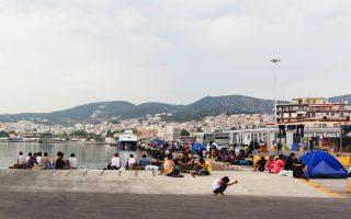 Πρόσφυγες και μετανάστες στο λιμάνι της Μυτιλήνης.