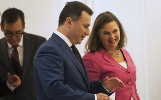 Η βοηθός υπουργός Εξωτερικών των ΗΠΑ, Βικτόρια Νούλαντ, με τον πρωθυπουργό της ΠΓΔΜ, Νίκολα Γκρούεφσκι, κατά την πρόσφατη επίσκεψή της στα Σκόπια.