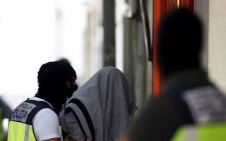Ενας εκ των 14 συλληφθέντων απομακρύνεται από τις ισπανικές αρχές.