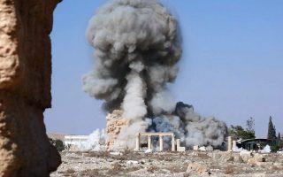 Σε αυτή τη φωτογραφία από ιστοσελίδα των τζιχαντιστών, πυκνός καπνός υψώνεται από τον ρωμαϊκό ναό του Μπαάλ Σαμίν, ο οποίος ισοπεδώθηκε με χρήση εκρηκτικών.