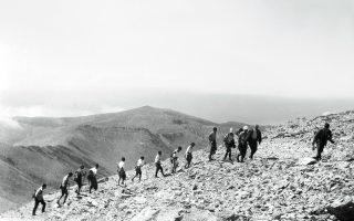 Ανάβαση τουριστών στο Σκολιό. (Μουσείο Φωτογραφίας Θεσσαλονίκης)