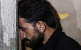 O αδελφός του Χουσεΐν θρηνεί μετά την εκτέλεση αυτού.