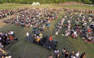 Χίλιοι μουσικοί προσκαλούν τους Foo Fighters στην Τσεζάνα της Ιταλίας.