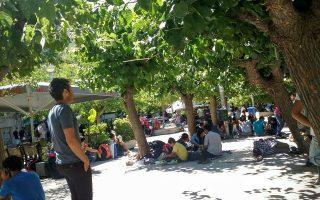 Οι πλατείες της Αθήνας μετατρέπονται ξανά σε τόπο διαμονής για εκατοντάδες ταλαιπωρημένους πρόσφυγες που περιμένουν να βρουν ένα εισιτήριο προς τον Βορρά.