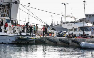 Αφιξη πλοιαρίου του Λιμενικού Σώματος με Σύριους πρόσφυγες μετά απο διάσωση και αποβίβασή τους στην προβλήτα του λιμανιού της Κω κοντά στο πλοίο «Ελευθέριος Βενιζέλος» την Δευτέρα 17 Αυγούστου.