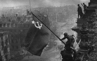 Στη φωτογραφία του Χαλντέι της 9ης Μαΐου 1945 στο Ράιχσταγκ του Βερολίνου, τα δύο ρολόγια του λοχία Καντάρια, προϊόντα λαφυραγώγησης, σβήστηκαν αργότερα από τη σταλινική λογοκρισία.