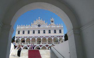 Aνήμερα τον Δεκαπενταύγουστο όλες οι εκκλησιές της Eλλάδας και τα ξωκκλήσια τιμούν την «Kοίμηση της Θεοτόκου», η πίστη στην Παναγία και η προσευχή φέρουν προσκυνητές στη Xάρη Της. Δεσπόζει ο Ναός της Eυαγγελιστρίας στην Tήνο με τη θαυματουργή Eικόνα της Παναγίας στολισμένη με κρίνα. (Φωτογραφία Π. Σμ., «K» 2015)