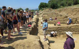 Καναδοί φοιτητές σε αρχαιολογική ανασκαφή στη Μακεδονία, συνοδευόμενοι από τους καθηγητές του φετινού θερινού σχολείου που διοργανώθηκε από το Πανεπιστήμιο McGill του Καναδά και το Διεθνές Πανεπιστήμιο Θεσσαλονίκης.