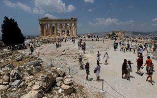 Οι αφίξεις ξένων επισκεπτών το 2015 αναμένεται να ξεπεράσουν τα 25 εκατ. και οι ταξιδιωτικές εισπράξεις τα 14 δισ. ευρώ, σύμφωνα με τις εκτιμήσεις.