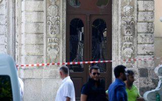 Τούρκοι αστυνομικοί στην είσοδο του ανακτόρου Ντολμάμπαχτσε, το οποίο δέχθηκε νέα επίθεση ενόπλων.