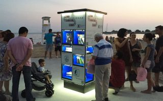 Πολίτες σπεύδουν στην 5η Παραλία της Γλυφάδας για τις πρώτες αναγνωριστικές επισκέψεις στην ένατη ανταλλακτική, αυτοδιαχειριζόμενη βιβλιοθήκη που εγκαινιάστηκε την περασμένη εβδομάδα. Πολλοί δήμοι ανά την Ελλάδα έχουν εκδηλώσει ενδιαφέρον απόκτησης βιβλιοθήκης.