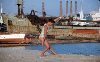 Το έργο της Αιμιλίας Μπουρίτη, το οποίο ερμηνεύει η ίδια, χρησιμοποιεί, μεταξύ άλλων, ως μέσο έκφρασης την κίνηση του σώματος (φωτ. Βούλα Ανδρώνη).