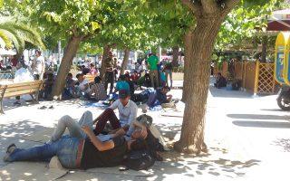 Δεκάδες οικογένειες Σύρων, Αφγανών και Ιρακινών έστρωσαν κουβέρτες και υπνόσακους στην πλατεία Βικτωρίας χθες το πρωί.