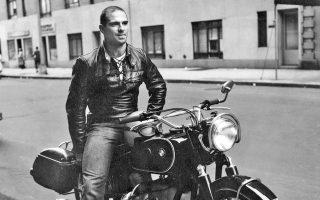 Μια νεανική φωτογραφία του Ολιβερ Σακς από το 1961, την εποχή που λάτρευε να ταξιδεύει τα βράδια με την αγαπημένη του μηχανή BMW.