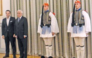 Σε στάση προσοχής οι εύζωνες, τιμητική φρουρά, ο Πρόεδρος της Δημοκρατίας κ. Προκόπης Παυλόπουλος και ο νέος, πάλιν πρωθυπουργός κ. Aλέξης Tσίπρας (φωτογραφία Eλένη Mπίστικα).