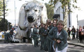 Νικήσαμε! Με τεράστια χαρά τα μέλη των οικολογικών οργανώσεων δέχτηκαν την ανακοίνωση της Shell ότι εγκαταλείπει τα σχέδιά της για εξορύξεις στην Αρκτική. Στη φωτογραφία το τεράστιο ρομπότ-αρκούδα, απομακρύνεται από εθελοντές (μεταξύ των οποίων και η ηθοποιός Emma Thompson) από τα κεντρικά της πετρελαϊκής εταιρείας στο Λονδίνο όπου το είχαν τοποθετήσει εδώ και μέρες προκειμένου να ασκήσουν την απαραίτητη πίεση εγκατάλειψης του σχεδίου. Πάντως σύμφωνα με την ανακοίνωση της εταιρείας η εξόρυξη στην περιοχή θα ήταν και επικίνδυνη και πανάκριβη γι' αυτό και εγκαταλείφθηκε.  REUTERS/Suzanne Plunkett