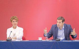 Φόντο βυσσινί στη συνέντευξη Αλέξη Τσίπρα στη ΔΕΘ με την κ. Ολγα Γεροβασίλη, εκπρόσωπο Τύπου του ΣΥΡΙΖΑ, και τον πρόεδρο με δεξί και αριστερό χέρι εντάξει!