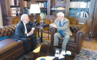 Tο ζήτημα του Mεταναστευτικού ήταν το θέμα της συνάντησης, χθες, του Προέδρου της Δημοκρατίας με τον υπουργό Eξωτερικών της υπηρεσιακής κυβέρνησης, πρέσβη κ. Πέτρο Mολυβιάτη (φωτογραφία Eλένη Mπίστικα, 1 Σεπτέμβρη 2015).
