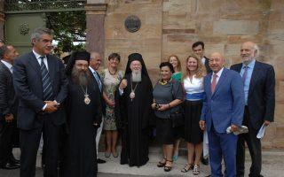 Με επίκεντρο τον Οικουμενικό Πατριάρχη κ.κ. Βαρθολομαίο, η αναμνηστική φωτογραφία της τελετής απονομής του Βραβείου Europa Nostra 2015, παρουσία του αναπλ. υπουργού Περιβάλλοντος κ. Κωστή Μουσουρούλη, της αναπλ. υπουργού Πολιτισμού κ. Μαρίνας Λαμπράκη-Πλάκα, του αντιπροέδρου της Europa Nostra κ. Κώστα Καρρά, της κ. Α. Προκοπίου, του επικεφαλής αρχιτέκτονος και νυν δημάρχου Χίου, κ. Μ. Βουρνού.