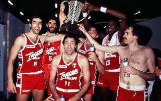 Ο Ντίνο Μενεγκίν με το Κύπελλο πρωταθλητριών στο... κεφάλι το 1988, έχοντας δεξιά τον Μάικ ντ' Αντόνι και τον Μπομπ Μακ Αντου.