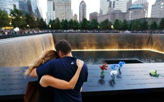 Ο Ντέιβιντ Πάικον και η μνηστή του σε εκδήλωση μνήμης προς τιμήν των θυμάτων της τρομοκρατικής επίθεσης της 11ης Σεπτεμβρίου στο Παγκόσμιο Κέντρο Εμπορίου. Ο αδερφός του Πάικον σκοτώθηκε το 2001 στους Δίδυμους Πύργους. Για ακόμη μία φορά, δεκατέσσερα χρόνια μετά την τραγωδία, οι οικείοι των νεκρών συγκεντρώθηκαν στη Νέα Υόρκη, στο Πεντάγωνο και στο Σάνκσβιλ.