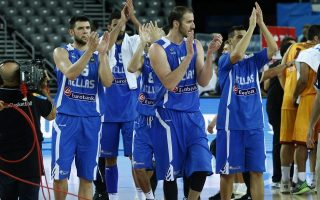 epa04915271 Greek basketball players celebrate their victory at the end of the EuroBasket 2015 Group C match between Macedonia and Greece in Zagreb, Croatia, 05 September 2015.  EPA/ANTONIO BAT