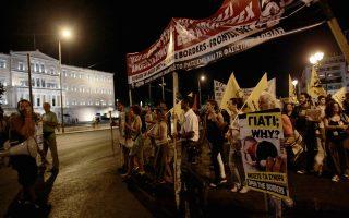 Πολίτες κάνουν πορεία από τη Βουλή προς τα γραφεία της ΕΕ συμμετέχοντας στην  πανευρωπαϊκή κινητοποίηση των πολιτών υπέρ των Σύριων -και όχι μόνον- προσφύγων  με το σύνθημα
