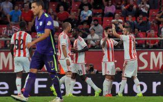 Ο παίκτης του Ολυμπιακού Κώστας Φορτούνης πετυχαίνει το 4-0 και πανηγυρίζει με τους συμπαίκτες του, κατά τη διάρκεια του αγώνα Ολυμπιακού - ΠΑΣ Γιάννινα για το πρωτάθλημα της Σούπερ Λιγκ στο Γήπεδο
